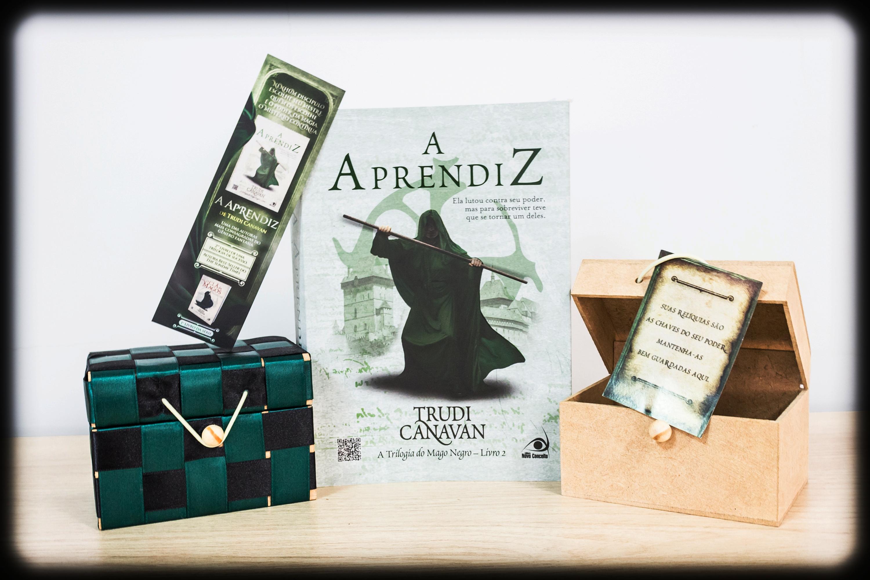 A caixinha de madeira não será enviada junto com o kit, será apenas o livro e o marcador!