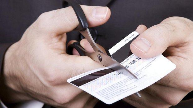 Homem-destroi-cartao-de-credito-size-620
