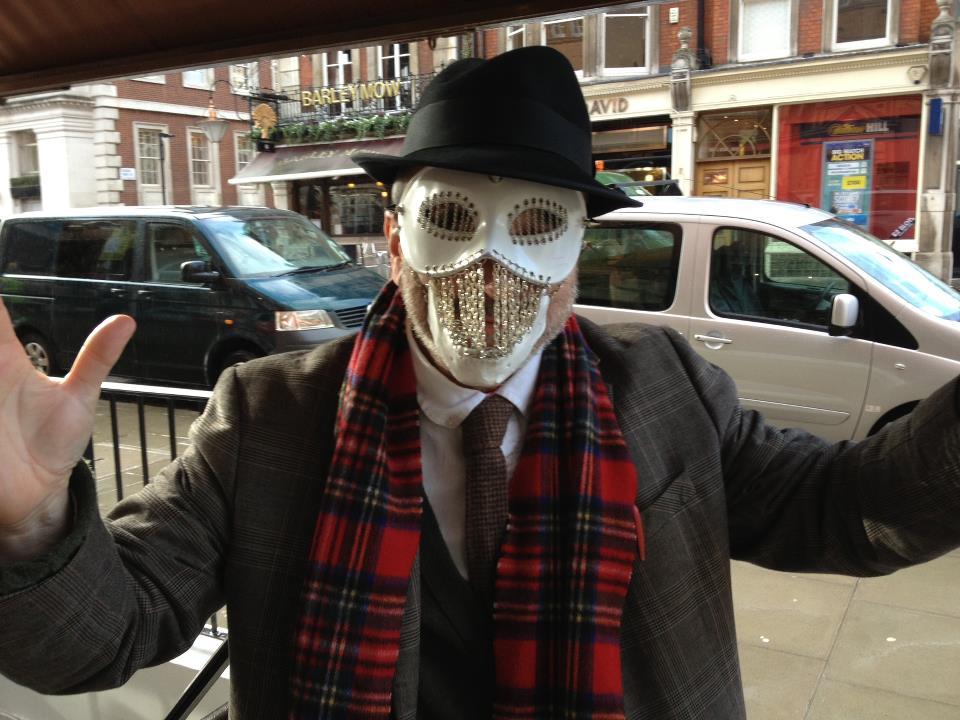 O editor Barry Cunningham com a máscara
