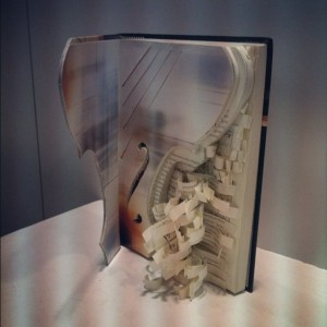 Lindo esse violino saindo do livro!