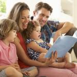 familia-lendo-livros-filhos-comportamento