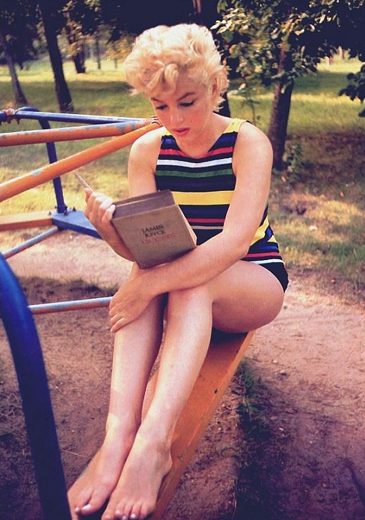 marilyn-monroe-reading-ulysses-by-eve-arnold-1