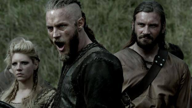 """Ragnar entre Lagertha e Rollo."