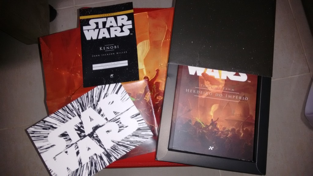 Box de divulgação que recebi da Aleph: Livro, marca páginas, poster, cartão e prévia de Kenobi.