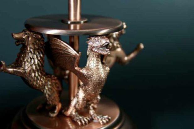 76f1ba28d A edição especial Pop-Up Guia de Westeros vem acompanhada com esse item de  metal