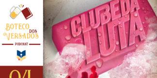 """Vitrine do podcast Boteco dos Versados. Tem uma coluna lateral à esquerda, com a logo do podcast (uma caneca de chopp e um livro), o nome do podcast, a logo do site Leitor Cabuloso e abaixo o número do episódio 04. Em destaque, um recorte da capa do livro """"Clube da Luta"""" que mostra um sabonete quadrado e rosa onde está escrito em alto-relevo """"Clube da Luta"""". Há uma espuma branca no sabonete e um dos cantos está sujo de sangue."""