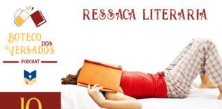 """Vitrine do podcast Boteco dos Versados. Tem uma coluna lateral à esquerda, com a logo do podcast (uma caneca de chopp e um livro), o nome do podcast, a logo do site Leitor Cabuloso e abaixo o número do episódio 10. Em destaque, a foto de uma mulher deitada numa cama com um livro aberto em cima do rosto, com um jeito de largada. Em cima, escrito em vermelho """"Ressaca Literária""""."""