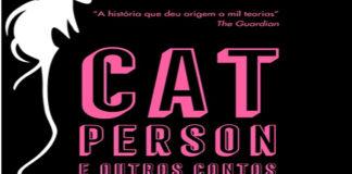 """Recorte da capa do livro """"Cat Person e outros contos"""". Na imagem, o título do livro em alto relevo na cor rosa em um fundo preto."""