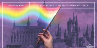 """Fundo com textura de papel velho, em tons de lilás e roxo, mostrando o castelo de Hogwarts. Em destaque, temos a imagem de uma mão segurando uma varinha, da qual uma magia colorida, similar a uma bandeira LGBTQ+ tremulando, sai. A imagem possui margem linear branca. Na parte superior, na mesma cor, há o letreiro """"Episódio #000 - J. K. Rowling e a Representatividade LGBTQ+"""". Na inferior esquerda, há o logo do portal """"Leitor Cabuloso"""" (livro com punho saindo) e, na direita, o logo do podcast """"Estação 21""""."""