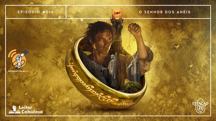 """Fundo em tonalidades de dourado e cobre, de aspecto machado. Em destaque, anal dourado inclinado com inscrições laterais brilhantes. Saindo de dentro da circunferência do objeto, há o hobbit Frodo segurando o anel numa corrente, Barad-dûr (torre com olho flamejante no topo) e As Argonath (duas grandes com braços esquerdos erguidos). A imagem possui margem linear branca. Na parte superior, na mesma cor, há o letreiro """"Episódio #018 - O Senhor dos Anéis"""". Na inferior esquerda, há o logo do projeto #OPodcastÉDelas (punho feminino segurando microfone) e do portal """"Leitor Cabuloso"""" (livro com punho saindo) e, na direita, o logo do podcast """"Estação 21""""."""