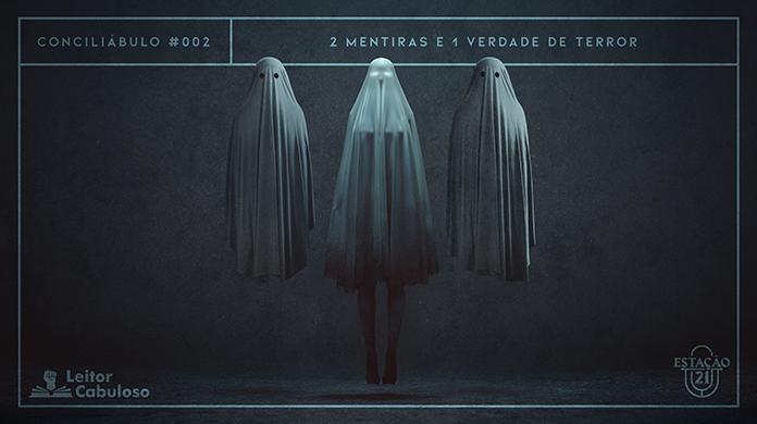 """Fundo escuro de parede e chão de concreto. Em destaque, três figuras fantasmagóricas. A primeira e a terceira são fantasmas de lençol. A do meio é uma mulher flutuando e com olhos brilhantes, também coberta por um tecido translúcido. A imagem possui margem linear azul acinzentado. Na parte superior, na mesma cor, há o letreiro """"Conciliábulo #002 - 2 Mentiras e 1 Verdade de Terror"""". Na inferior esquerda, há o logo do portal """"Leitor Cabuloso"""" (livro com punho saindo) e, na direita, o logo do podcast """"Estação 21""""."""