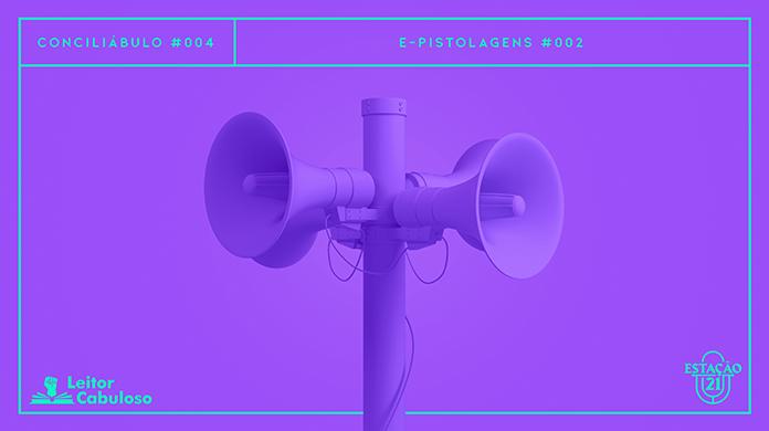 """Fundo roxo com imagem de poste com quatro megafones em destaque, monocromáticos, também em roxo. A imagem possui margem linear verde-flúor. Na parte superior, na mesma cor, há o letreiro """"Conciliábulo #004 - E-pistolagens #002"""". Na inferior esquerda, há o logo do portal """"Leitor Cabuloso"""" (livro com punho saindo) e, na direita, o logo do podcast """"Estação 21""""."""