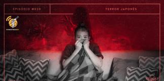 """Em preto e branco, imagem de mulher asiática sentada num sofá, assistindo filme de terror, segurando uma manta e com um vasilhame de pipoca no colo. Na sala ao fundo, em tonalidades de preto e vermelho, há uma figura fantasmagórica de cabelos no rosto, tentando alcançar a personagem à frente. A imagem possui margem linear salmão. Na parte superior, na mesma cor, há o letreiro """"Episódio #020 - Terror Japonês"""". Na inferior esquerda, há o logo do portal """"Leitor Cabuloso"""" (livro com punho saindo) e do projeto #OPodcastÉDelas (punho feminino segurando microfone) e, na direita, o logo do podcast """"Estação 21""""."""